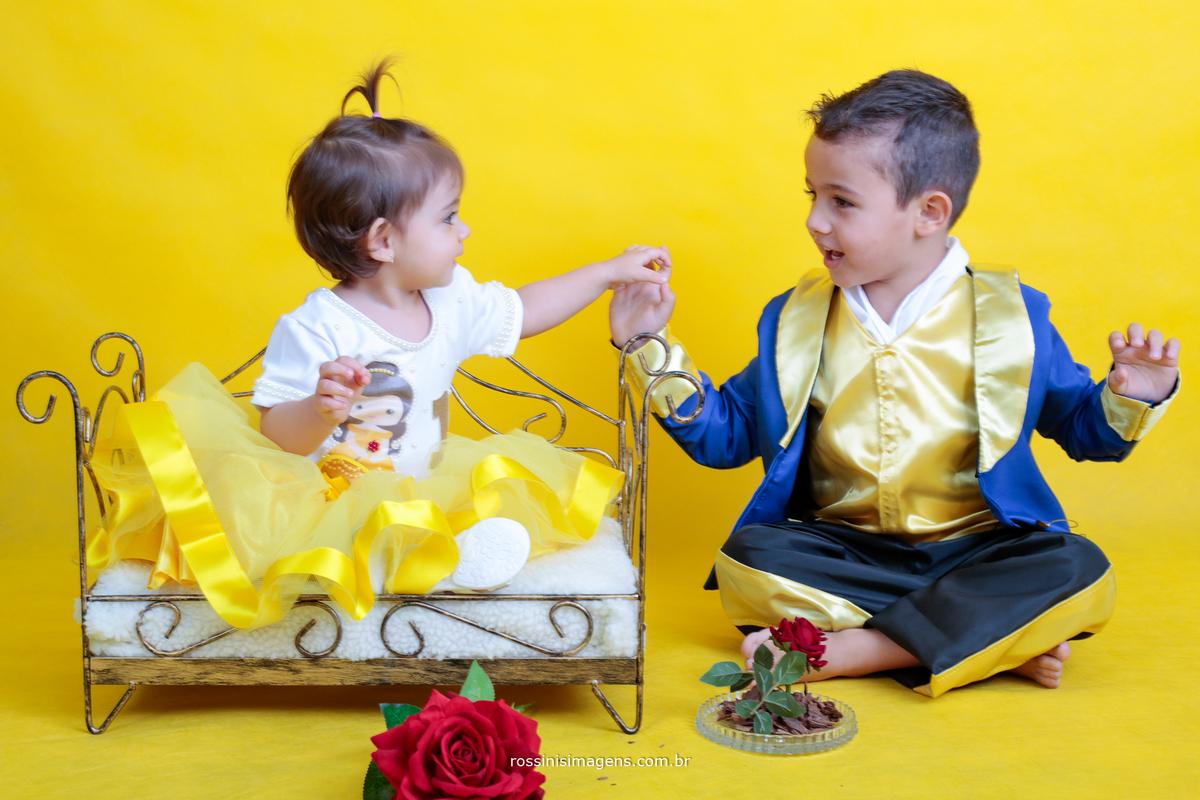 um momento lindo espontâneo dos irmãos onde o Gabriel vestido de fera beija a mão de sua irmã vestida de bela
