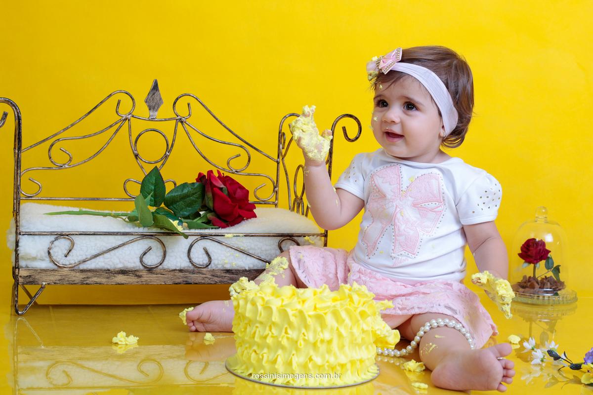 ensaio de criança no estudio destruindo o bolo