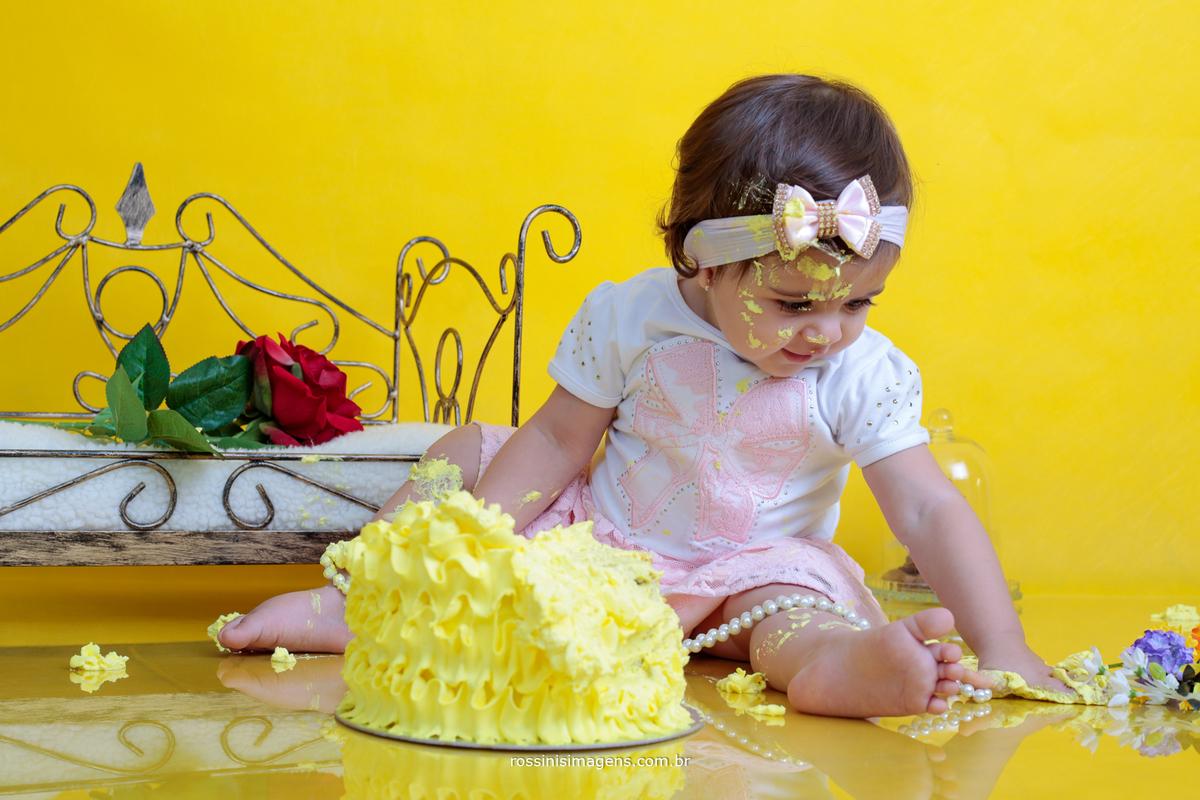 criança brincando com bolo