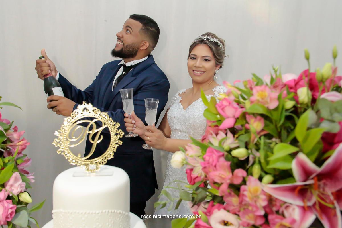 fotografo de casamento, eventos sociais em suzano, noivo abrindo garrafa de espumante na mesa do bolo