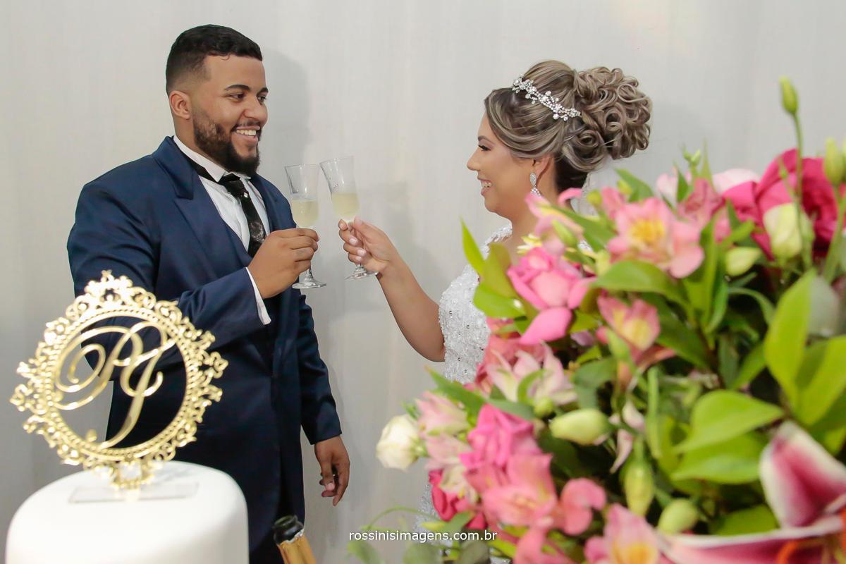 imagem de casal brindando com taças de cristal o casamento celebração, casamento, recepção e festa, fotografo