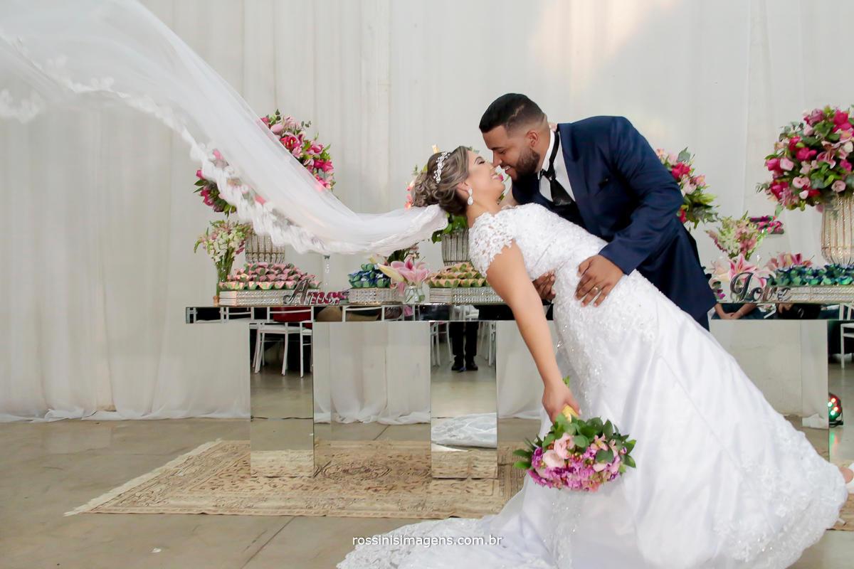 veu da noiva voando, estilo beijo de cinema, no wedding day pri e jadson