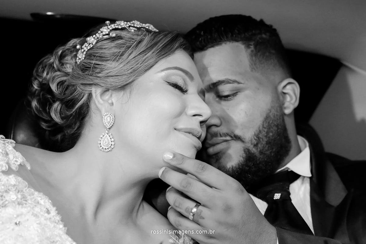 foto pb de casal no chrysler para o casamento, locação de carro, transporte para noiva no casamento