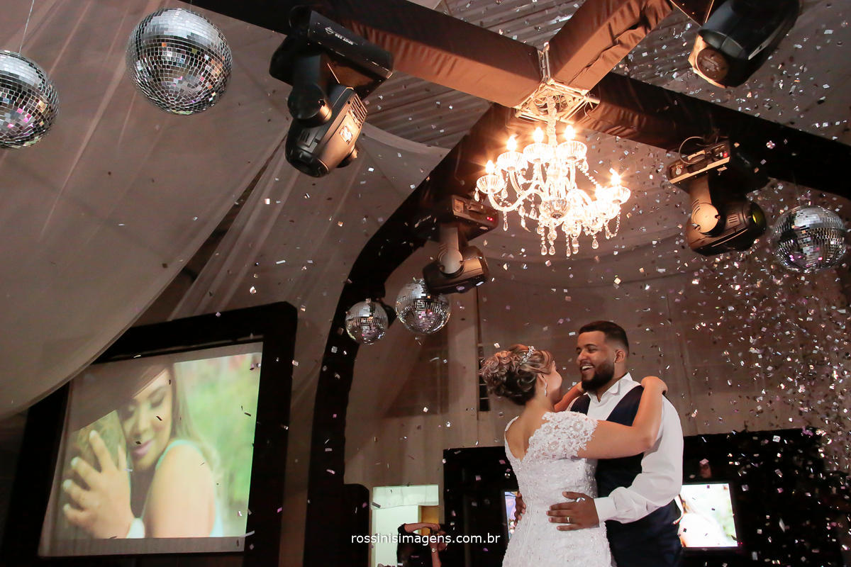 imagem de casal de noivos dançando a primeira valsa no casamento em são paulo