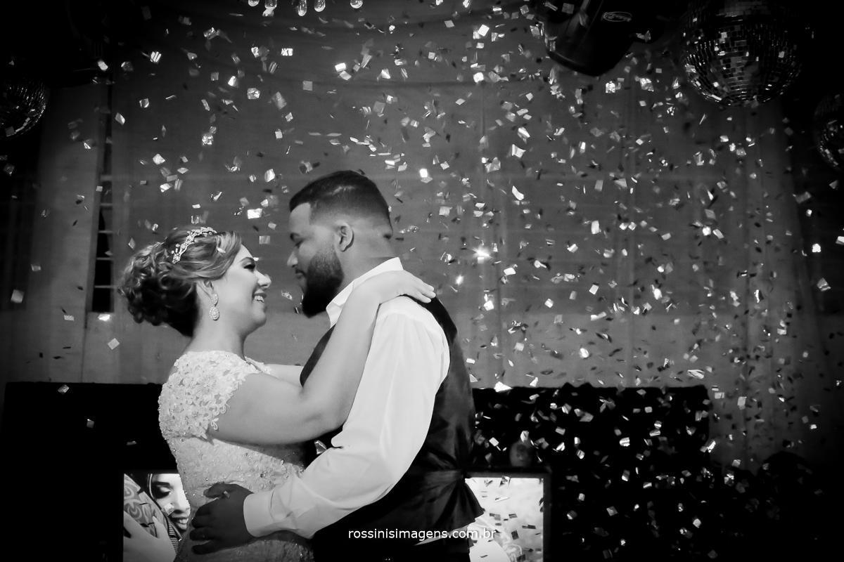 fotografia de casamento arte foto pb de casal na pista de dança na primeira valsa