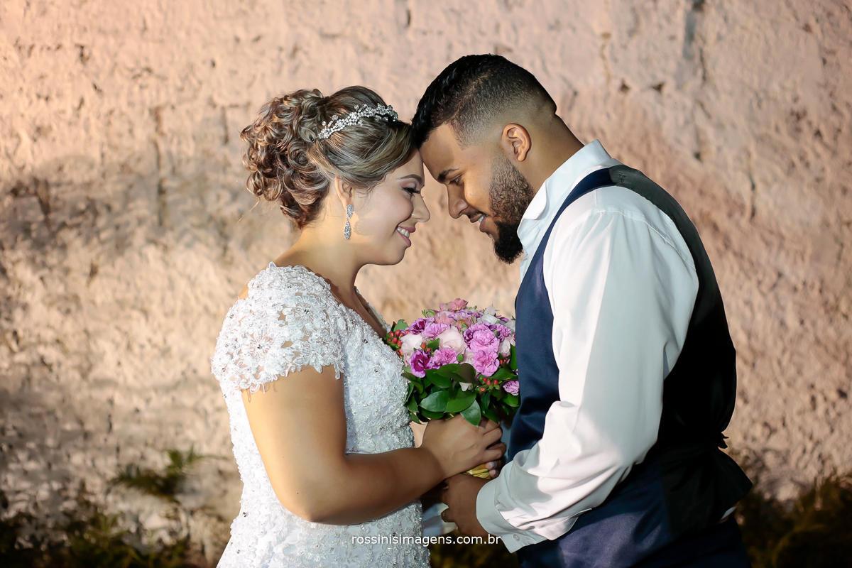 foto e video de casal junto unidos um de frente para o outro de olhos fechados agradecendo a deus pelo realização do casamento