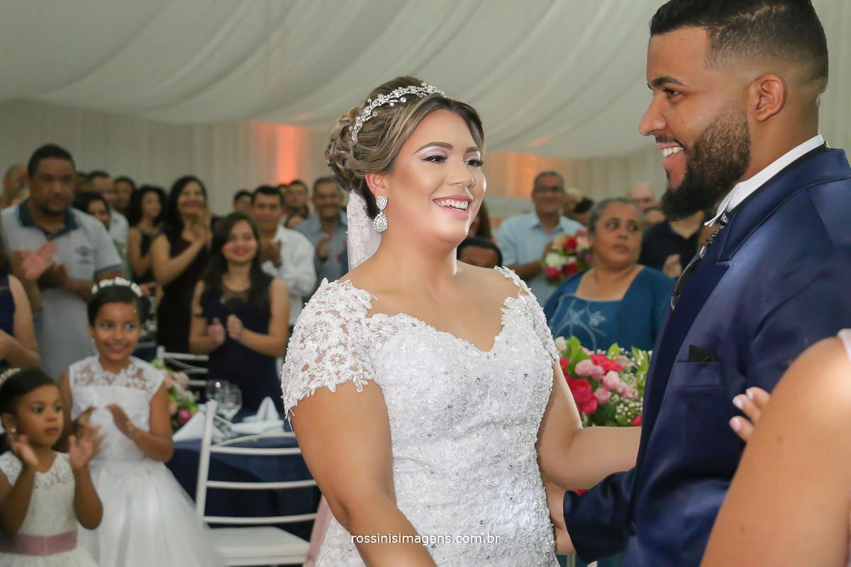 fotografia de casamento em suzano, zona leste, são paulo rossinis imagens , hgora das alianças e a hora do beijo, o lindo e marcante sorriso no rosto do casal momento verdadeiro e espontâneo