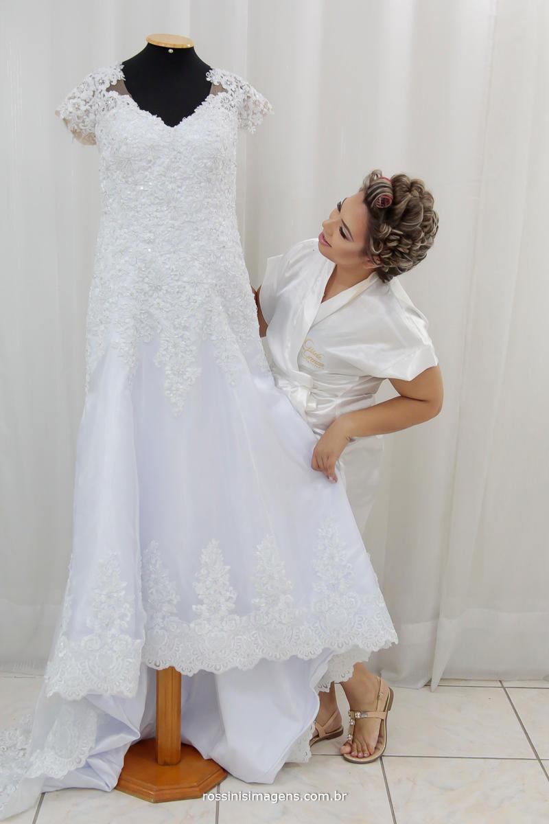 noiva olhando vestido de noiva no making of, encantada com a beleza do vestido que escolheu