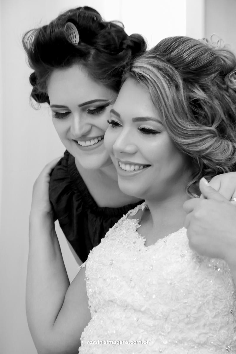 fotografia de m,adrina e noiva juntas no making of para o casamento, wedding Best friend