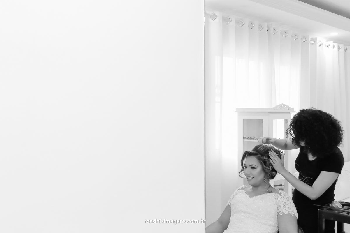 penteado para noiva no casamento noiva pricila no salão da Gisele, fazendo o Hair Stylist bride