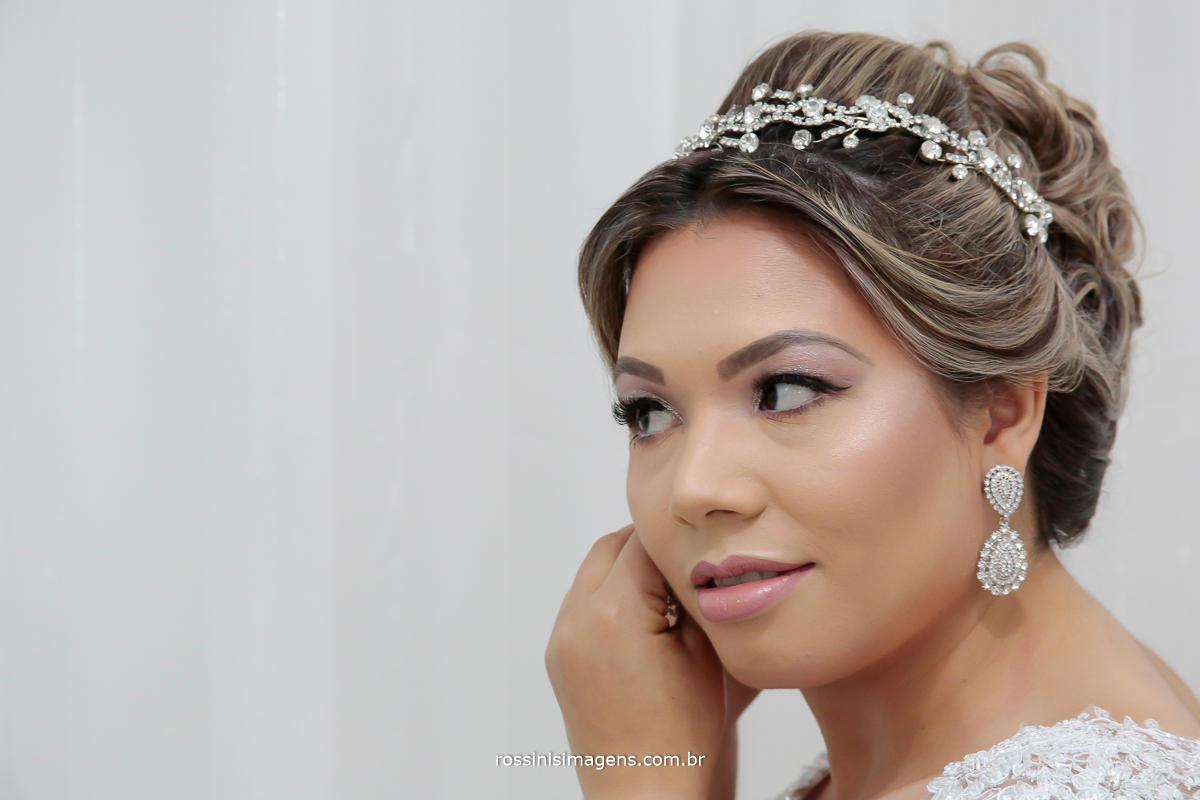 detalhe de noiva colocando lindos brinco, wedding bride, best, noiva