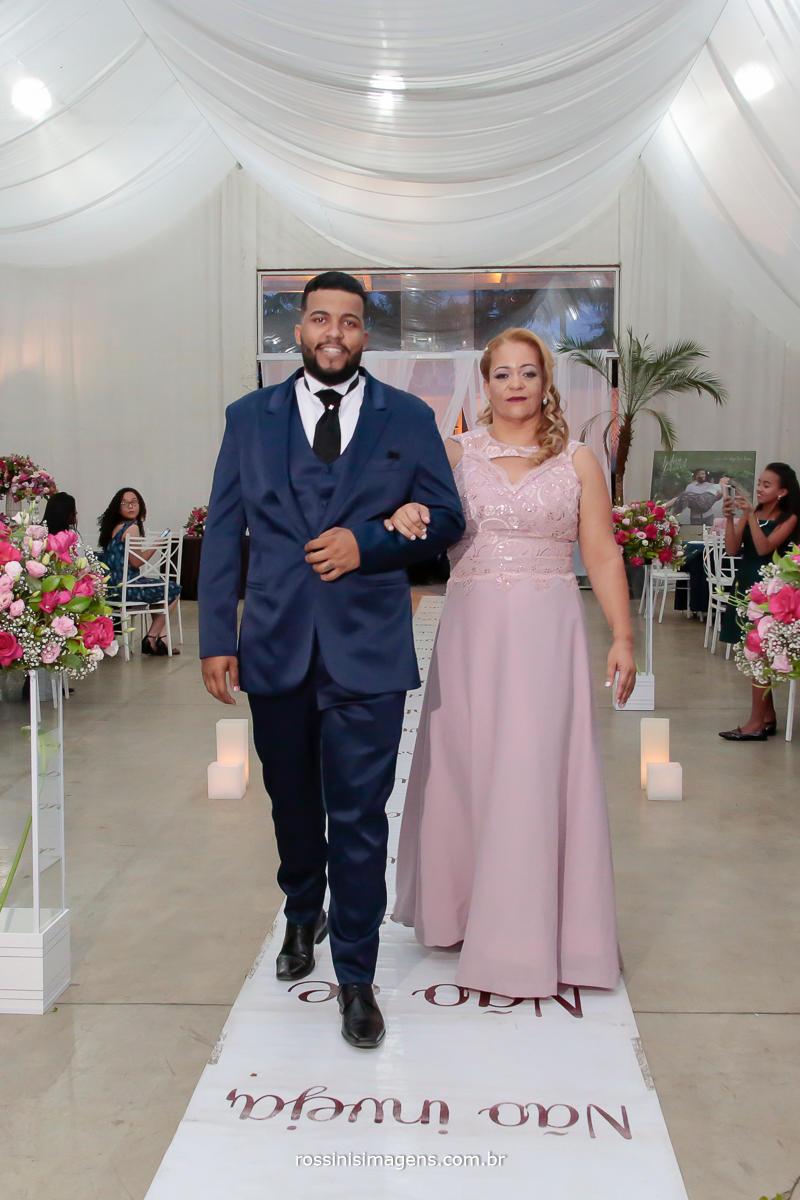 entrada do noivo com sua mão muito importante a entrada do noivo  e uma felicidade