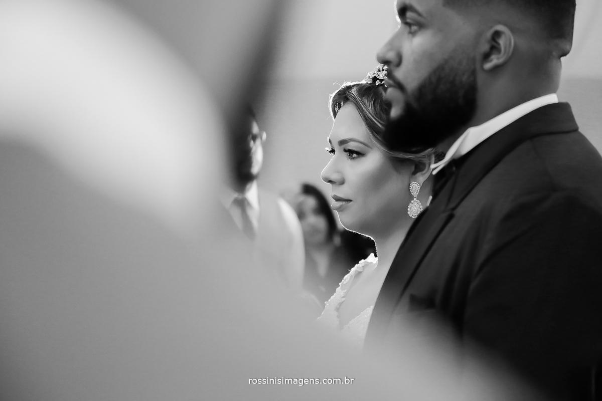fotografia pb durante a cerimonia de casamento noivos ouvindo o cerimonial concentrados