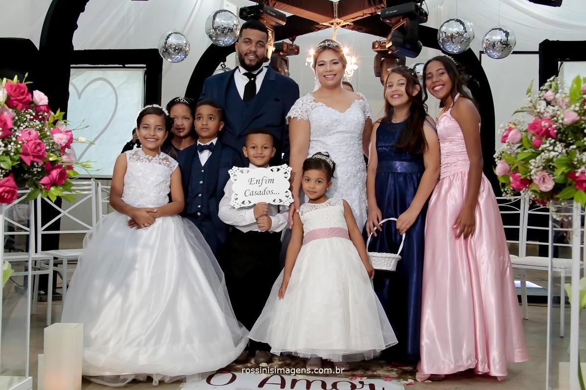 foto da saída das crianças, dama, pajens, floristas, com plaquinha enfim casados, Pricila e Jadson
