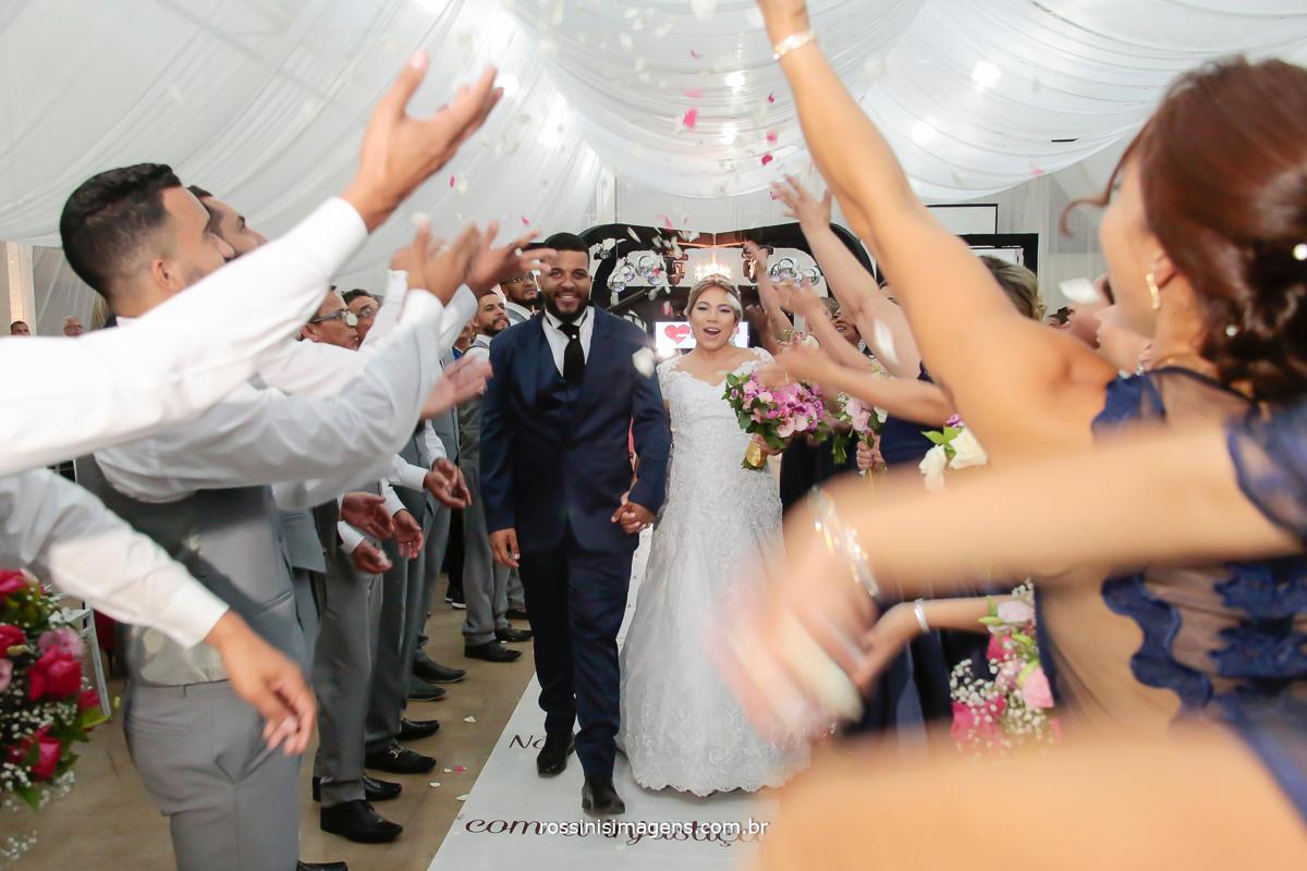 saída dos noivos com chuva de petalas