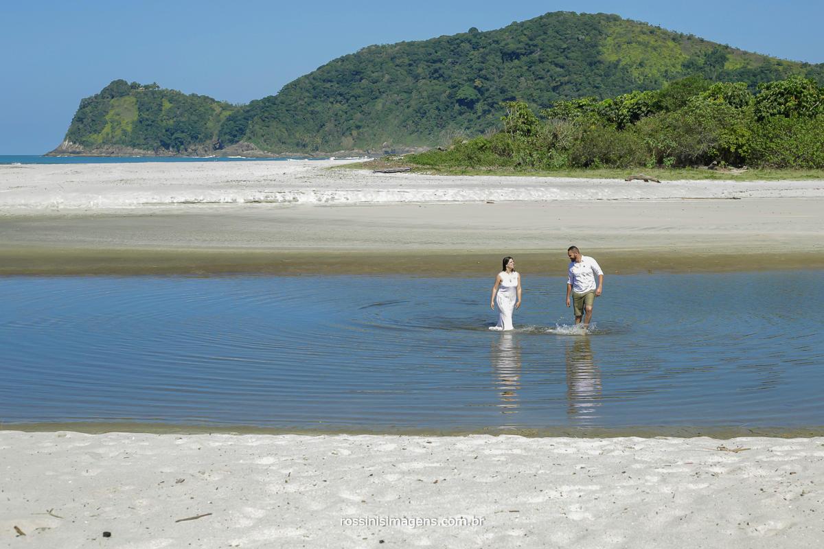 amanda e roberto no lago na praia da camburi. por rossinis imagens, ensaio casal na praia, onde fazer o ensaio fotografico