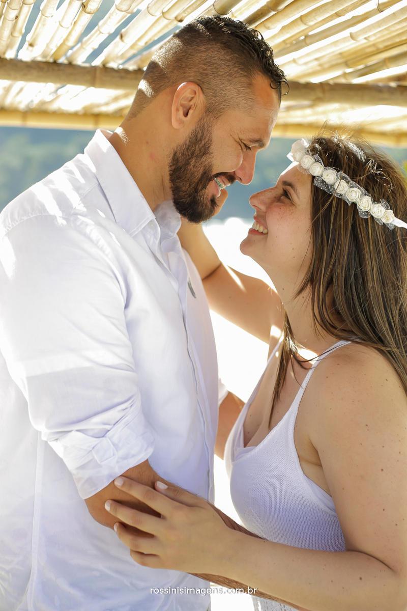 o ensaio fotográfico registra a ultima faze antes do casamento, onde tudo será dos dois, é engraçado que os olhares apaixonados vão transbordando em sorrisos largos, Amanda e Roberto