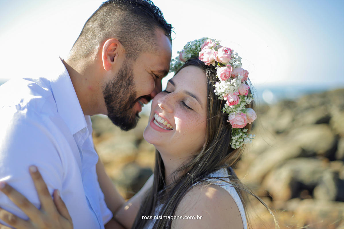 amor em sintonia ensaio amanda e roberto na praia de camburi, noivo beijando a noiva