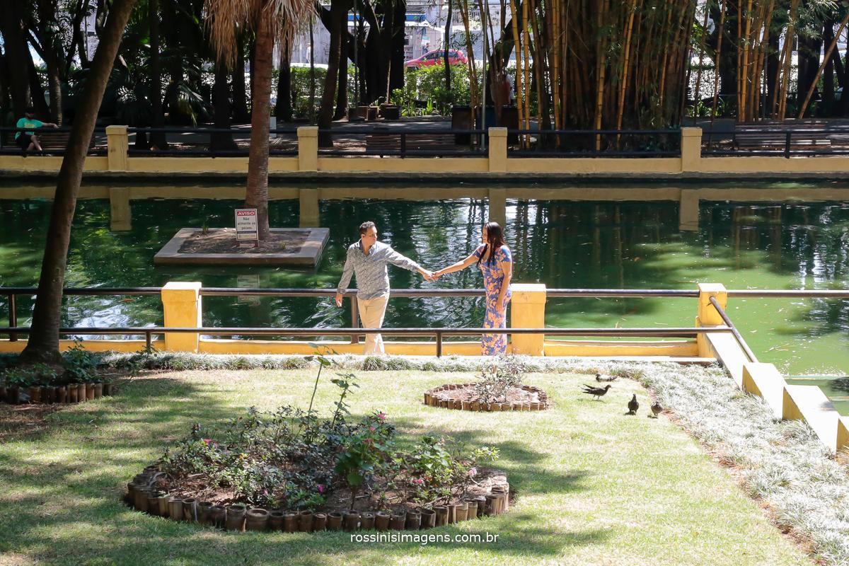 e-session no parque da água branca, Evandro e Simone caminhando e andando de mãos dadas casal apaixonado