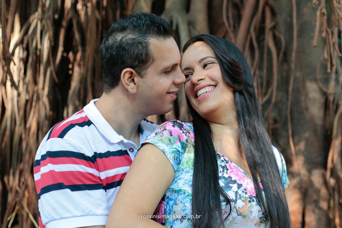 fotografo de casal em ensaio pre casamento no parque da agua branca, Evandro e Simone abraçados em frente a uma grande e linda arvore