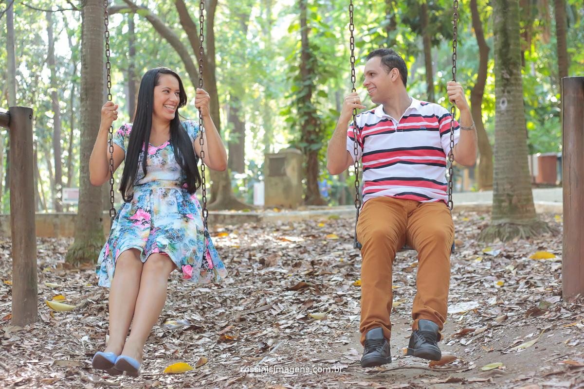 casal no parque na balança olhando um ao outro, rossinis imagens foto e video