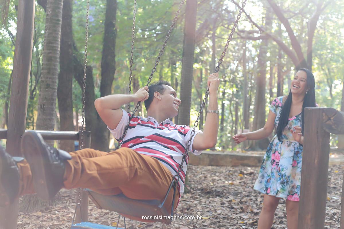 noiva balançando o noivo no parque, ensaio divertido de casal por rossinis imagens recomendaçoes