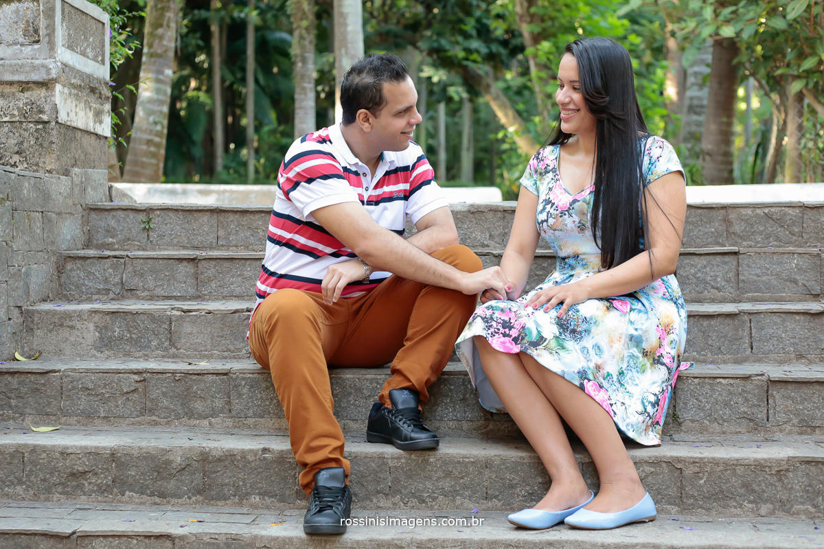 casal sentados na escada do parque de mãos dadas, ensaio casal parque água branca