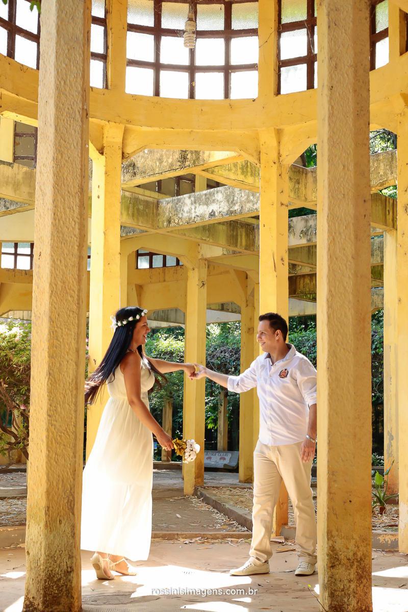 fotografia de ensaio pre casamento casal dançando no parque Evandro e Simone