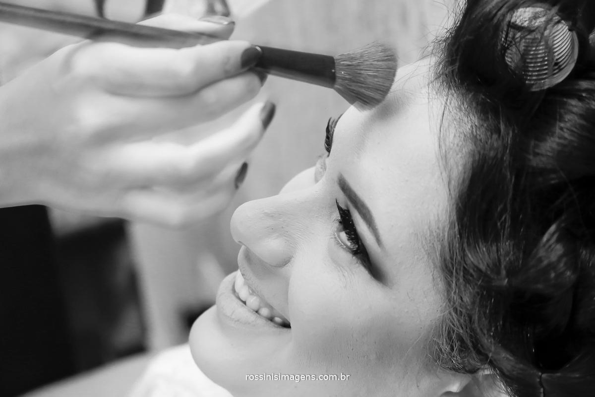 making of noiva fazendo maquiagem