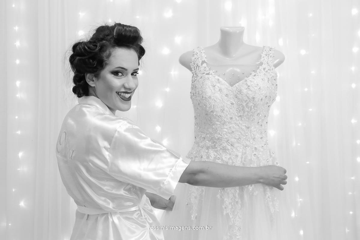 noiva feliz no dia da noiva making of, com robe personalizado e vestido com pedraria