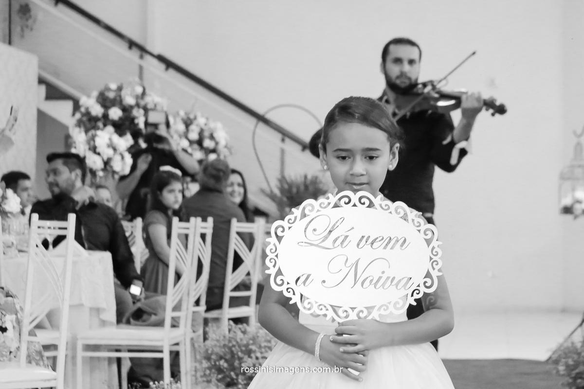 plaquinha diferente para entrada da noiva, lá vem a noiva, e o violinista na sequencia