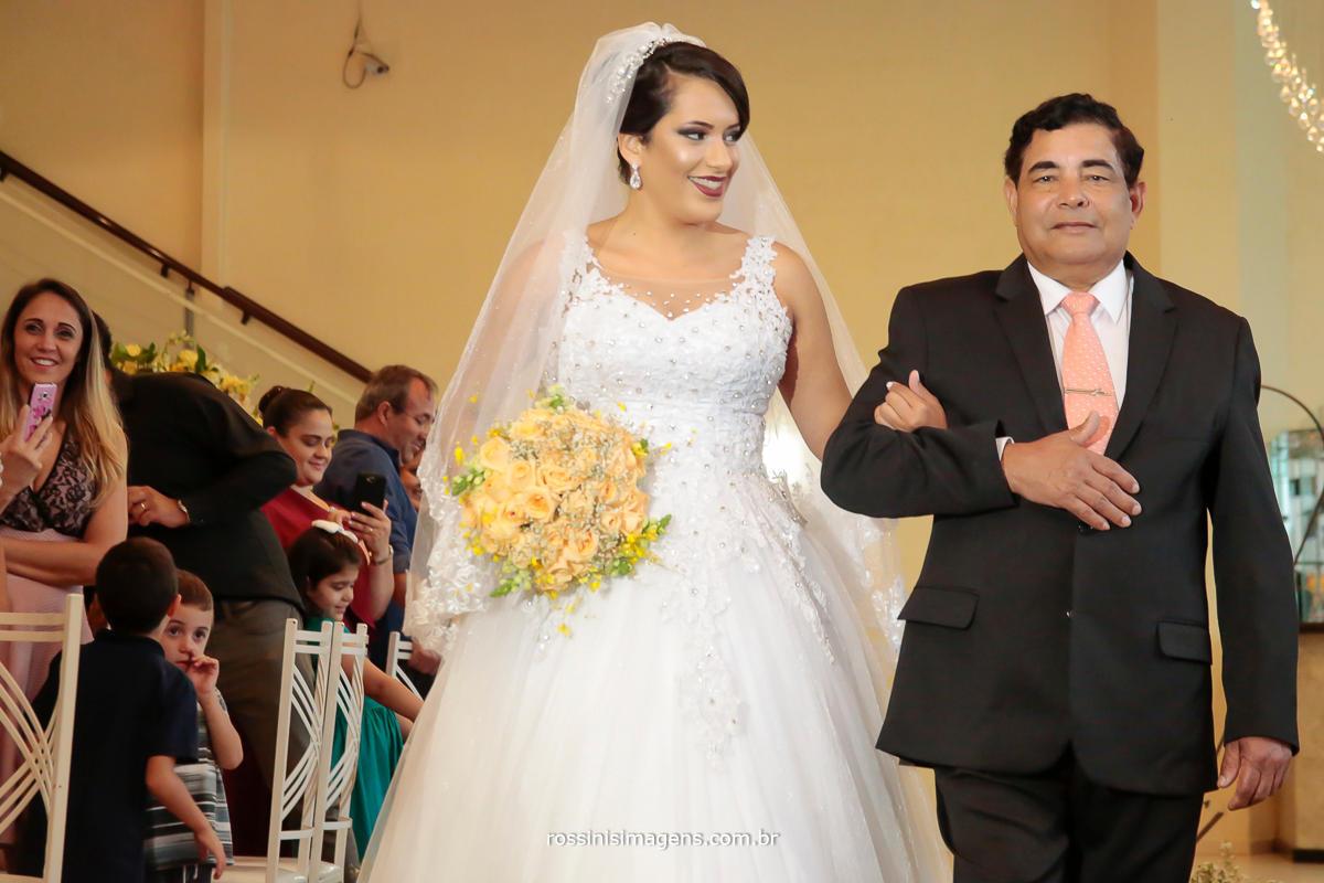 a tão esperada entrada da noiva com seu pai