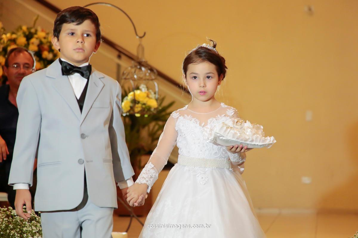 entrada das lindas alianças no casamento