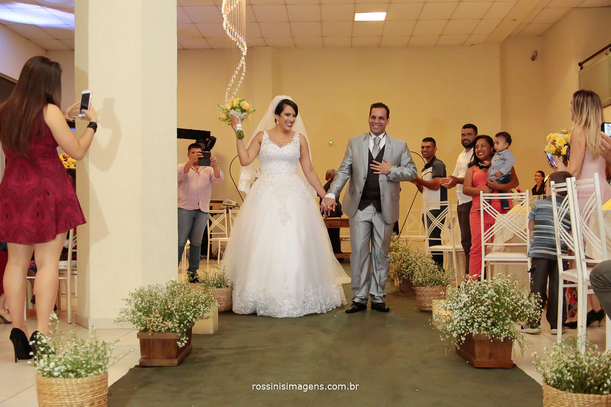 foto da saída dos noivos apos a cerimonia do casamento civil e religioso