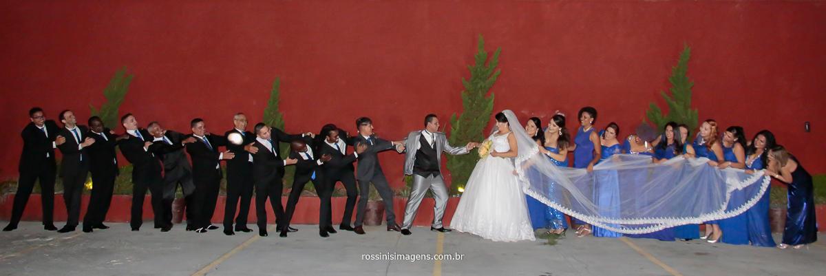 fotografia diferente no casamento da Simone e Evandro no Suzan Fest em Suzano, cabo de guerra para os noivos não se beijarem