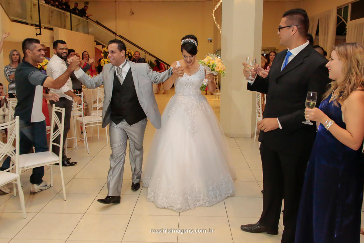 entrada dos noivos na recepção, para a pista de dança fazer os agradecimento a todos os convidados presentes
