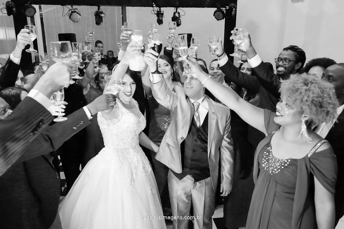 o grande brinde do casamento a união do casal, Simone e Evandro brindando na pista de dança com os pais e padrinhos