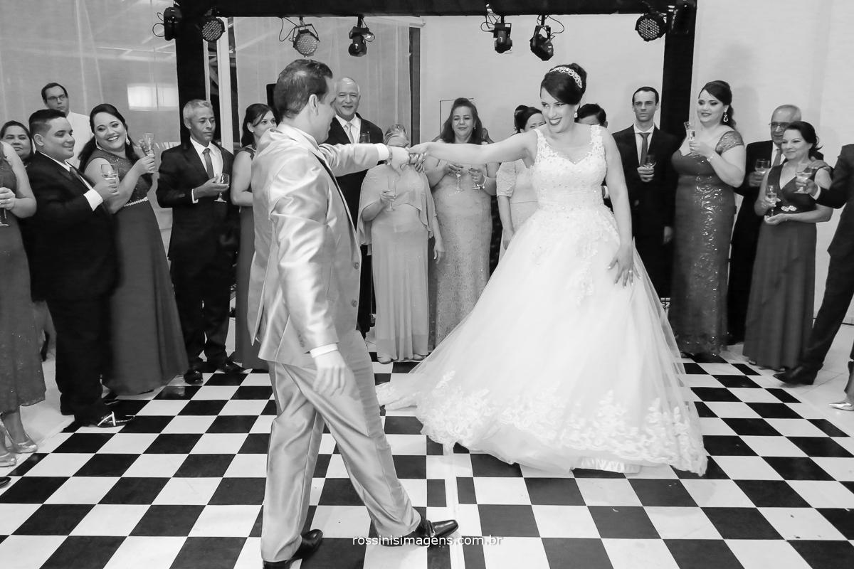 fotografia Simone a noiva dançando com Evandro o noivo na pista de dança abrindo a balada