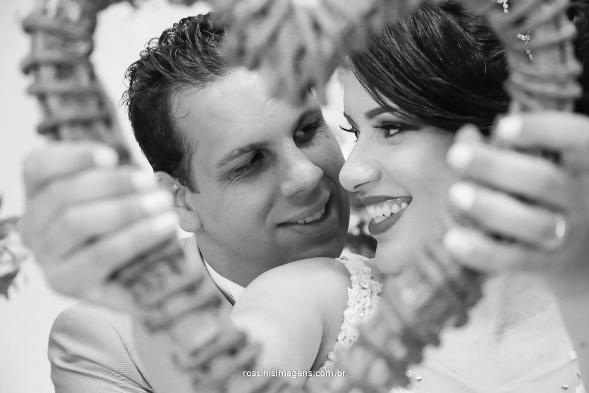 fotografia do casal na moldura de coração