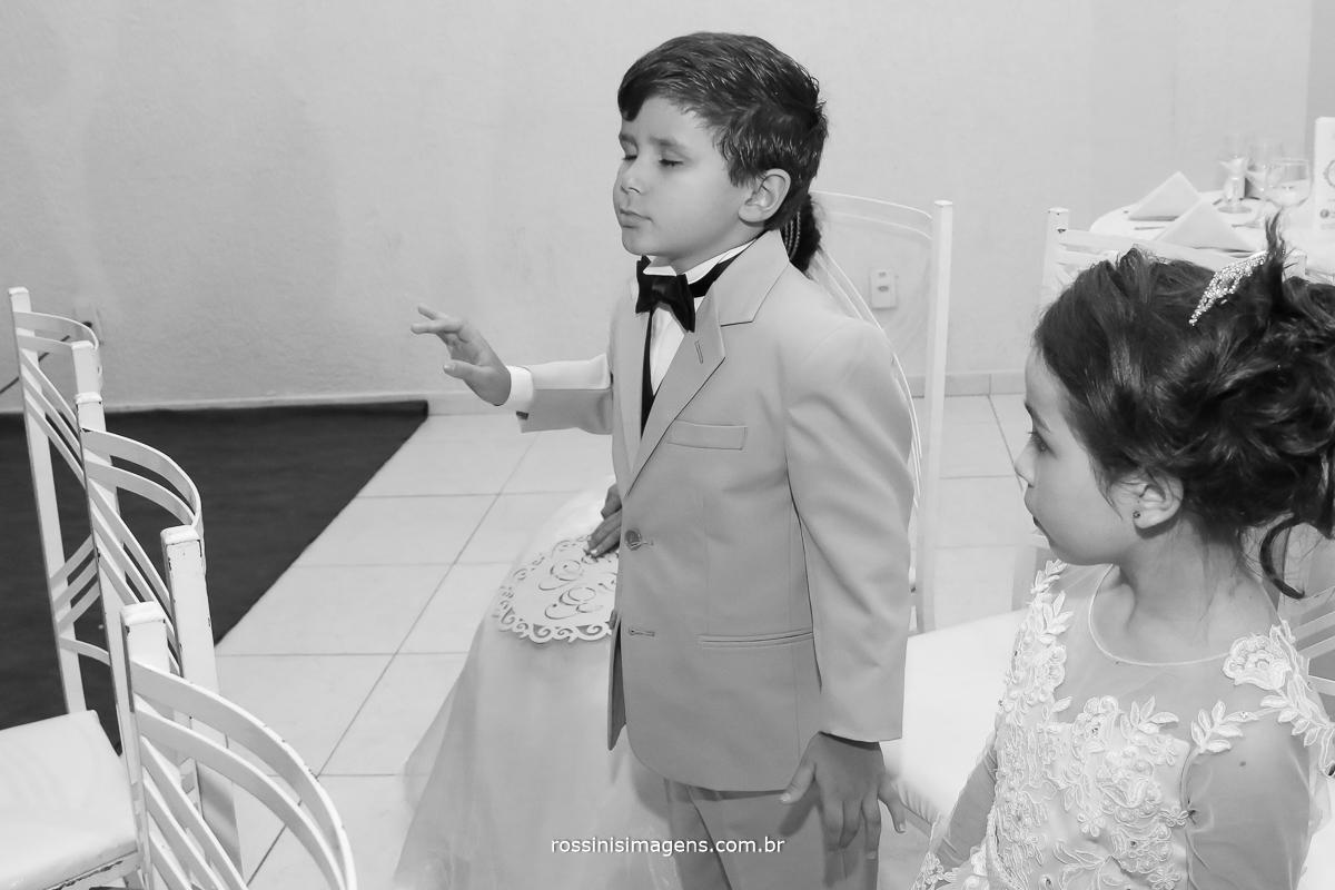crianças orando para o casal de noivos durante a cerimonia, muito lindo