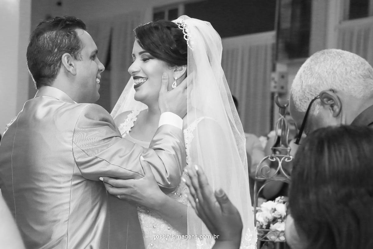 aquele momento tão esperado o então agora marido e mulher, pode beijar a noiva, cena linda