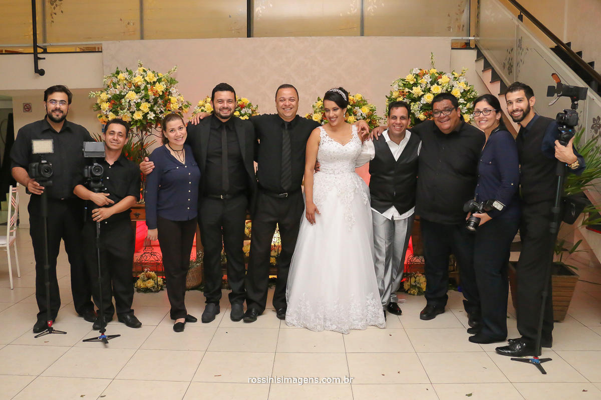 Fotografia de noivo com fornecedores do casamento da Simone e Evandro, Caprichos buffet, Rossini's Imagens fotografia e vídeo, Suzan Fest, Assessoria Debora Limah, Matrimonial Orquestra