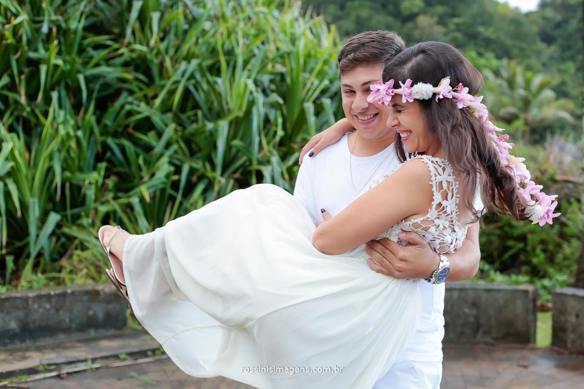 noivo com a futura esposa no colo, casal feliz romantico