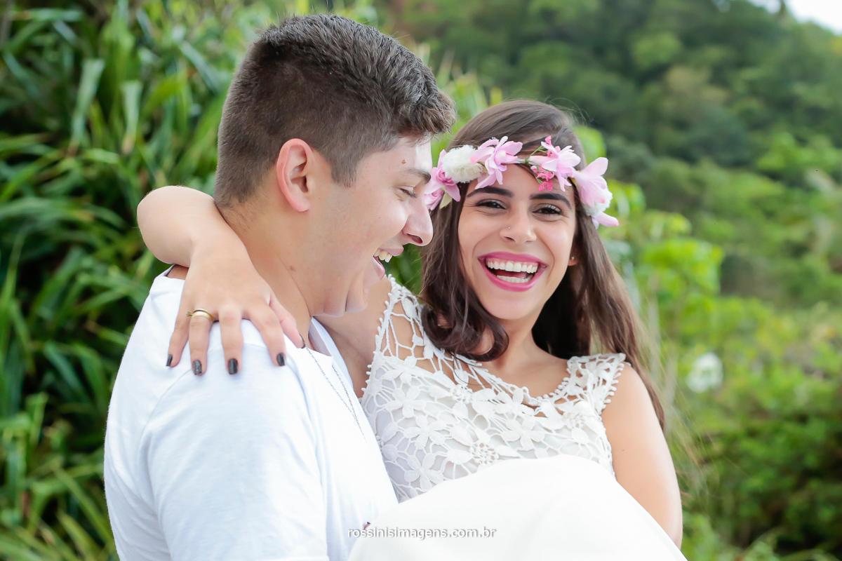 casal sorrindo no ensaio pre casamento na praia