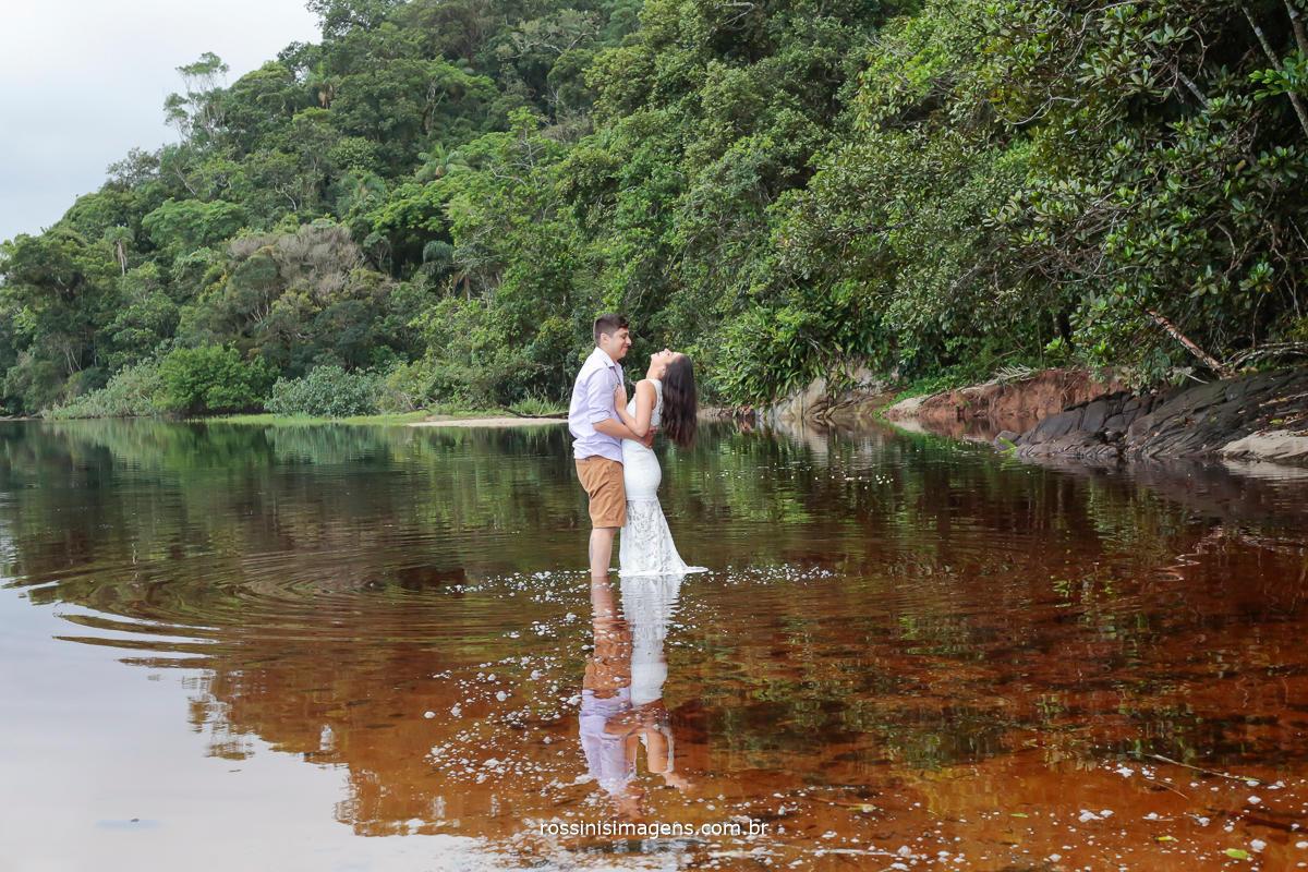 fotografia do casal no ensaio na praia com reflexo na água, inspiração para noivas ensaio na praia, casamento na praia