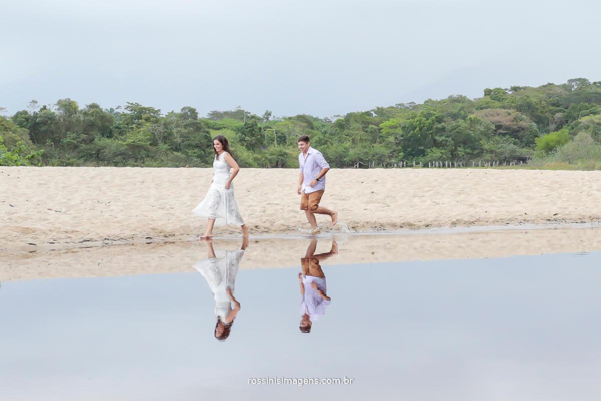 rossini's imagens fotografia e filmagem de ensaio pre casamento, casal correndo na praia deserta clima romântico e muito exclusivo
