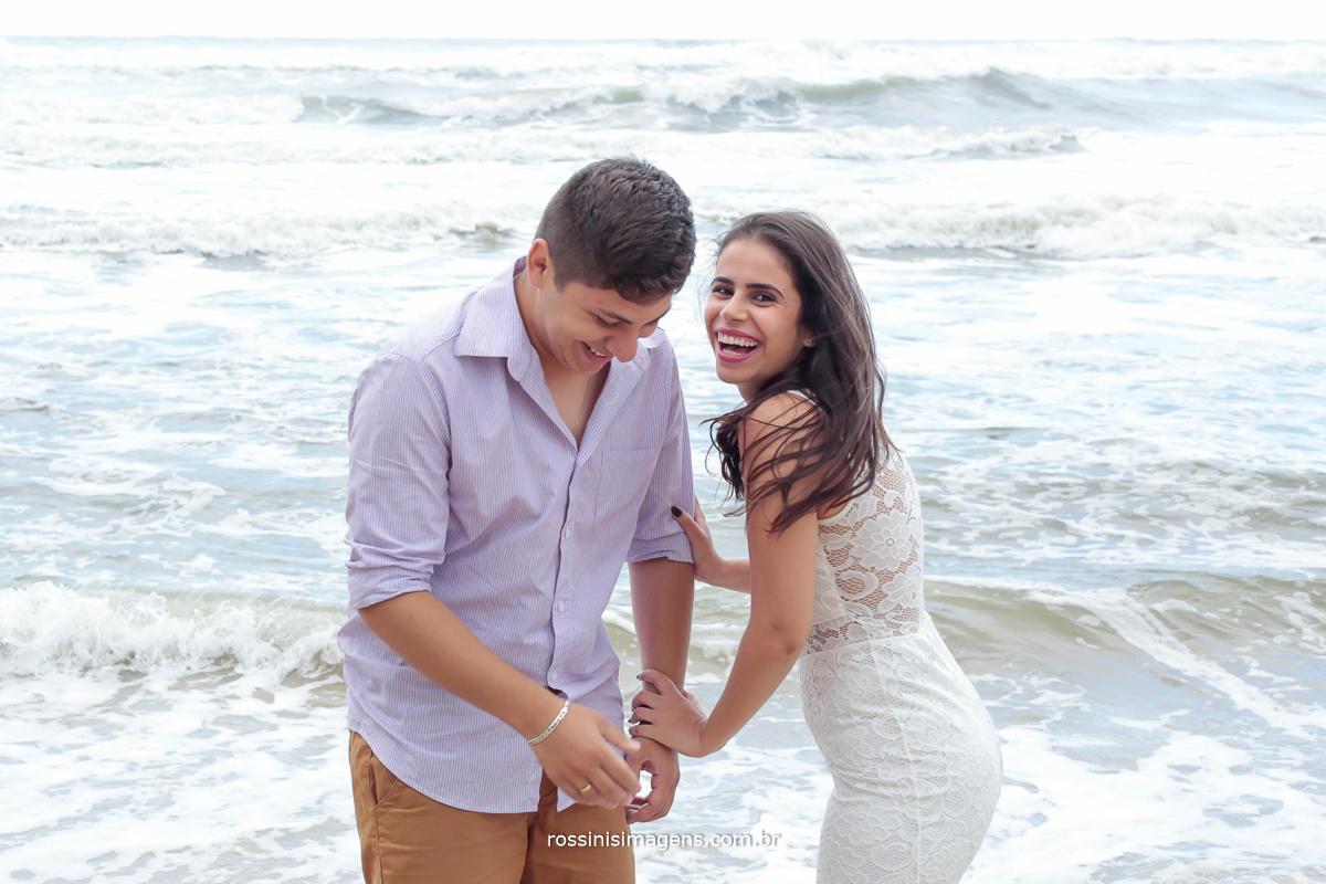 sessão de fotos de casal na praia para o casamento, momento lindo marcante inexplicável e único