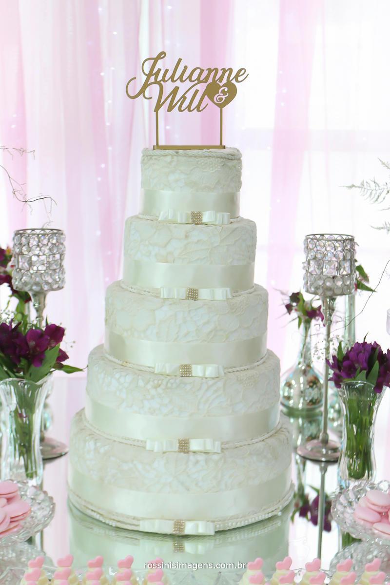 fotografia da mesa do bolo branco com sublime detalhes e um topo de bolo top