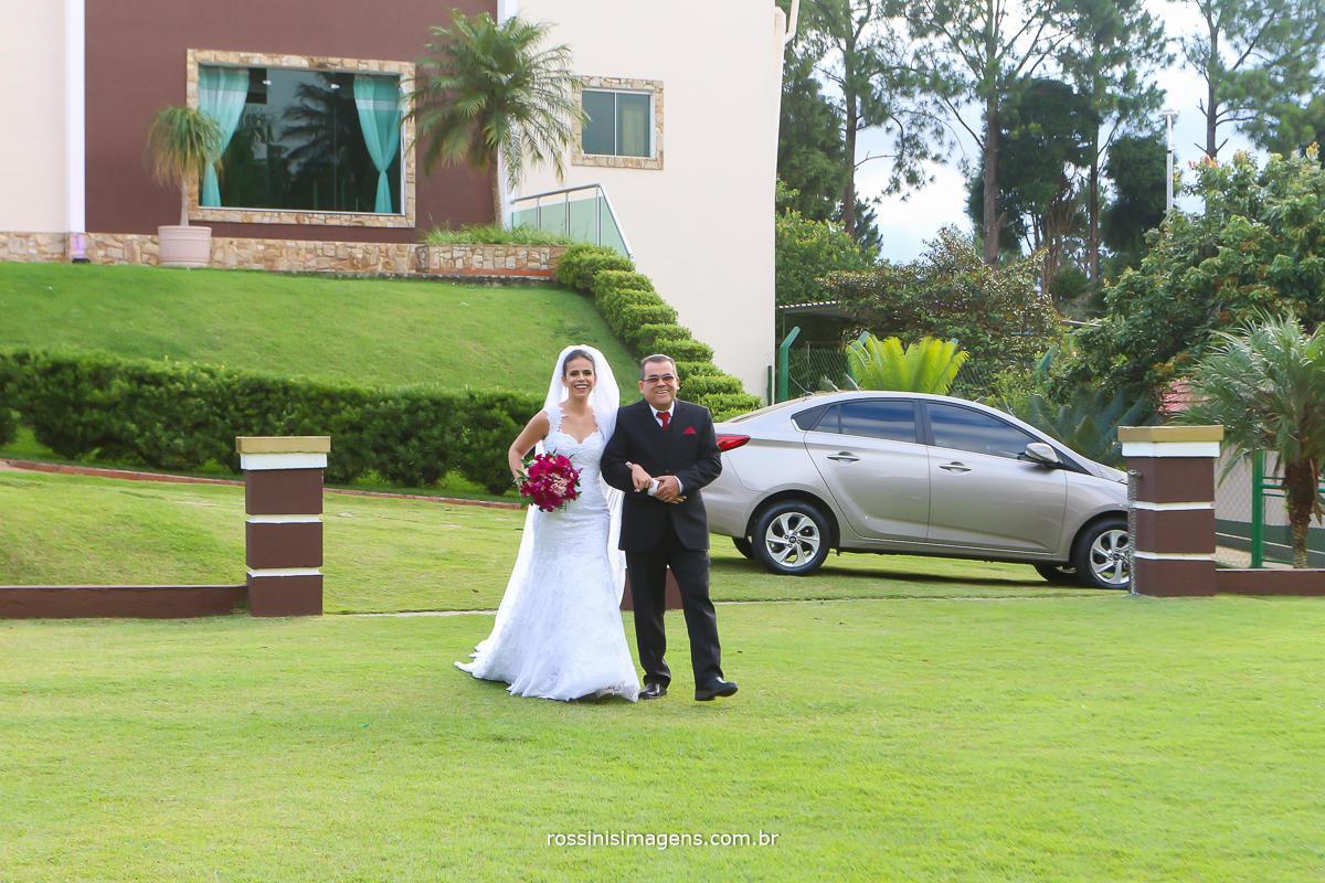 noiva sendo conduzida pelo seu pai um momento de muita alegria, muita felicidade no casamento pai e filha.