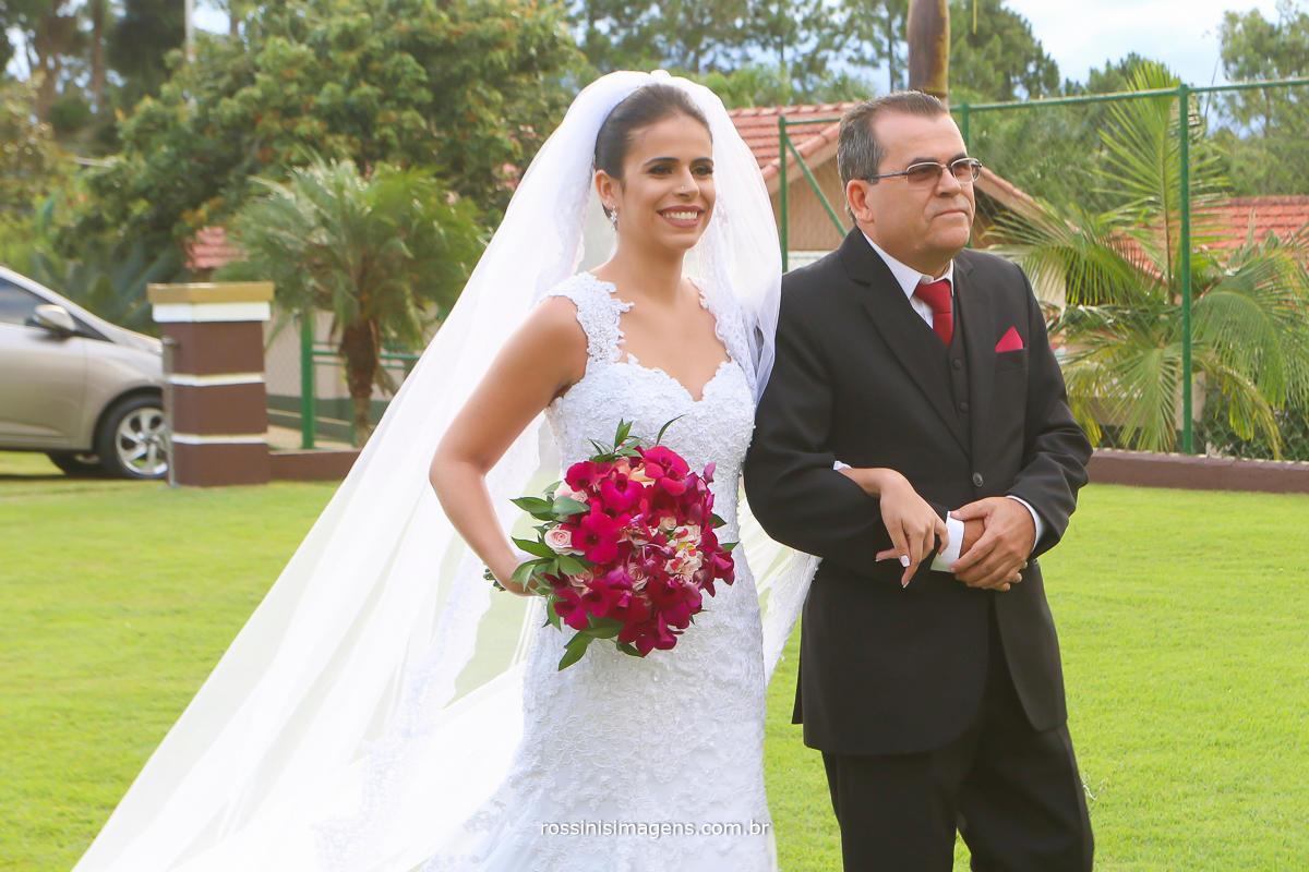 pai e filha no casamento entrada da bela e espetacular noiva de vestido branco da bella noiva sapato da durval calçados